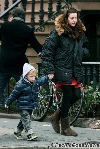 """Paul Dano et Zooey Deschanel sur le plateau de tournage du film """"Gigantic"""" / Liv Tyler et son fils Milo à NYC"""