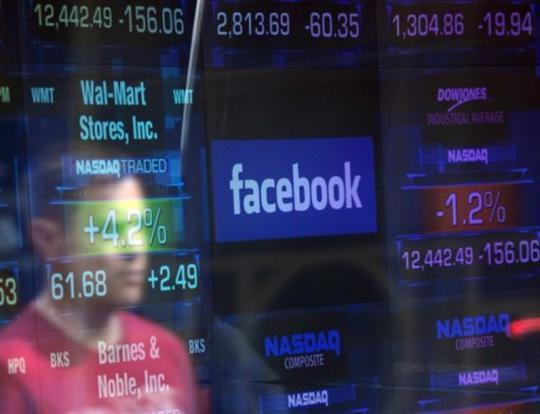 afp emmanuel dunand le logo de facebook apparait sur un ecran de nasdaq le 17 mai 2012 a new yo Facebook plonge en bourse