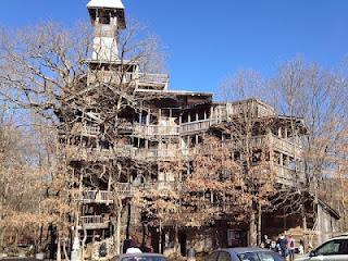 Voici la plus grande maison dans les arbres du monde. elle a été
