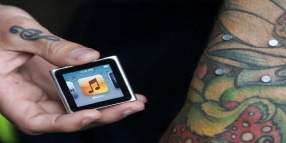Un tatoueur greffe un iPod Nano sur le bras