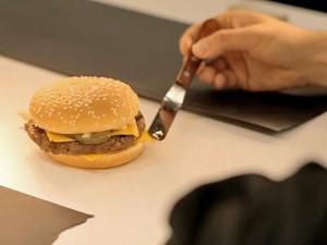 Il amène son hamburger chez le chirurgien esthétique. C'est M. McDonald !