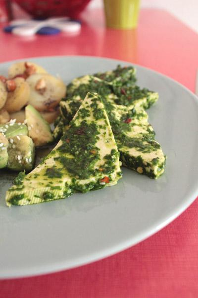 Tofu chimichurri, pommes de terre à l'açaï et avocat à la spiruline