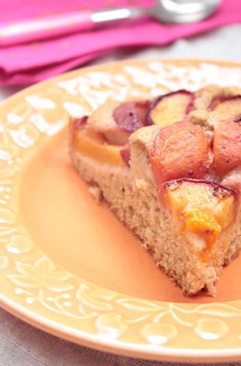 Gâteau végétal aux fruits d'été et épices chaï