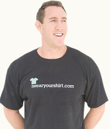 Ce mec gagne 500 000 $ par année portant des T-shirts