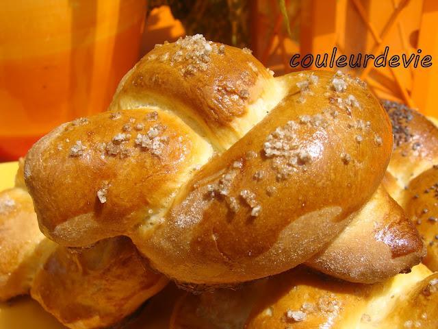 Trio de petits pains briochés au pavot, aux olives et à la fleur de sel
