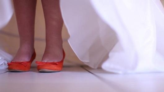 La mariée avait des chaussures oranges…
