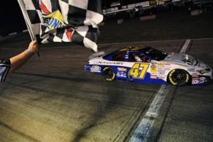 Cale Conley checkered flag nknps East Columbus 072112 300x200 Nascar K&N Pro series East at Colombus, Les photos