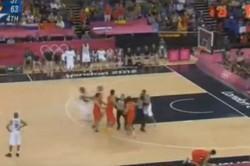 Nicolas Batum frappe un joueur espagnol