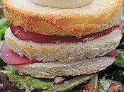 Salade tomates confites croque monsieur chèvre-bacon façon millefeuille