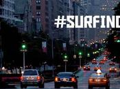 descendent rues New-Yorkaises avec planches Surf
