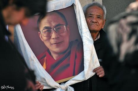 Marche du Dalaï Lama/Lhassa s'enflamme, Pékin l'étouffe - Page 18 Manifestation-paris-repression-chinoise-tibet-L-6