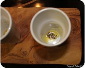 Huevos cocotte con aceite de trufa y teja de parmesano
