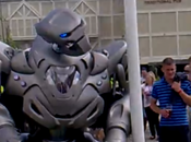 Insolite robot Titan donne coup poing homme saoul