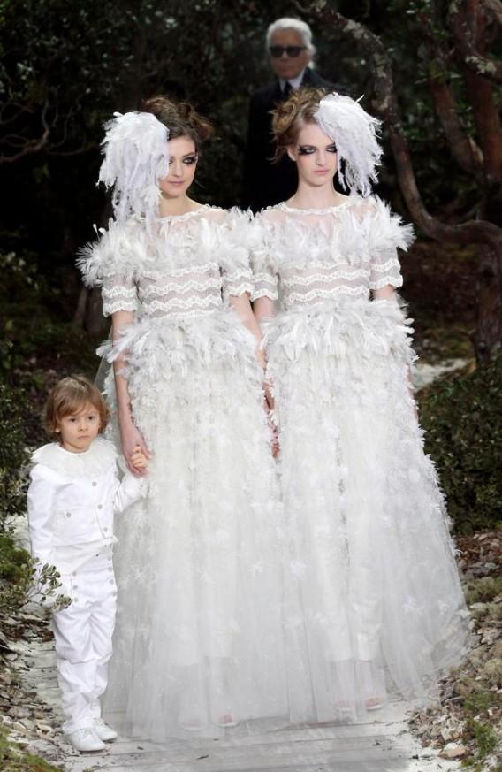 Deux mariées au défilé Chanel