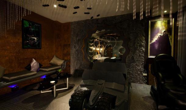 nuit e insolite dans une batcave voir. Black Bedroom Furniture Sets. Home Design Ideas