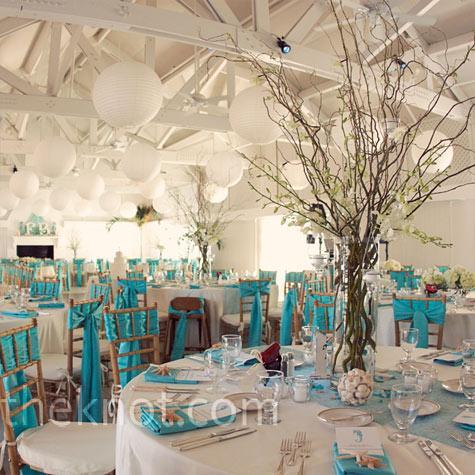 Une multitude de vases peut aussi décorer une table bleue turquoise ...