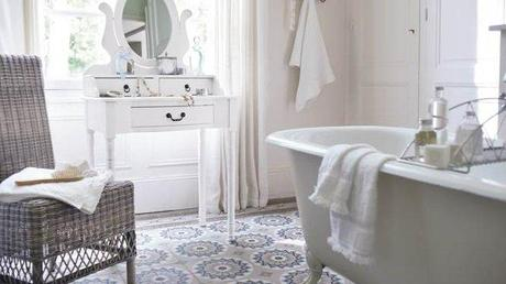 Carreaux de ciment le charme de l ancien devient - Salle de bain avec carreaux de ciment ...