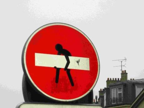 Clet abraham l 39 artiste qui d tourne les panneaux de signalisation d - Combien de panneau stop dans paris ...