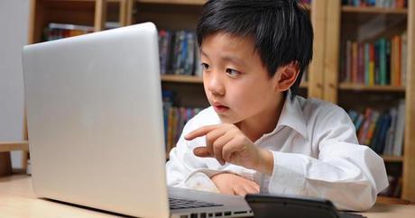 élève à la maison devant un ordinateur