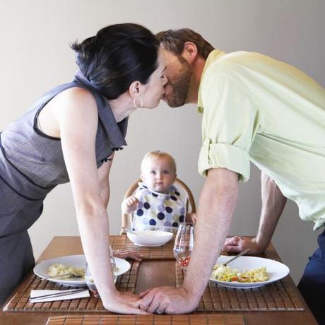jeune-couple-de-parents-s-embrassant-sous-les-yeux-de-son-bebe-10718049eyvze (1)