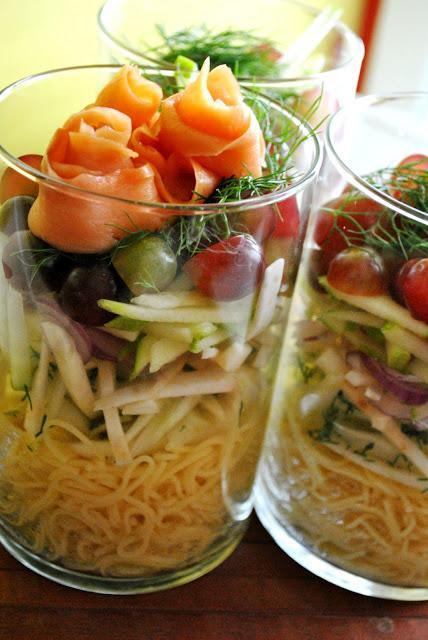 salade étagée de capellini au fenouil, celeri-rave et fruits. Garniture de rosettes de saumon fumé