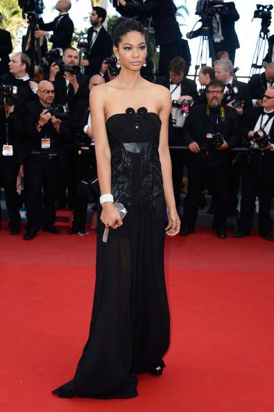 Chanel Iman en robe bustier noire, bijoux David Yurman et minaudière Louis Vuitton