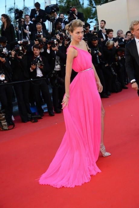 Jessica Hart ose le rose fluo avec une robe Emilio Pucci, des bijoux Chopard