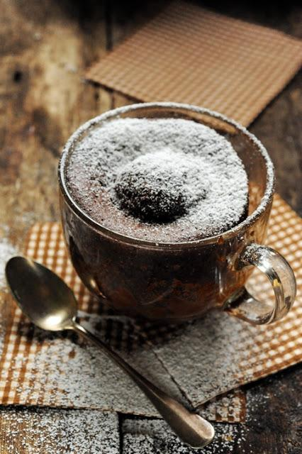 Quand la faim vous frappe au coin du bois, vite vite un chocolate mug cake au micro-ondes en 3 minutes chrono !