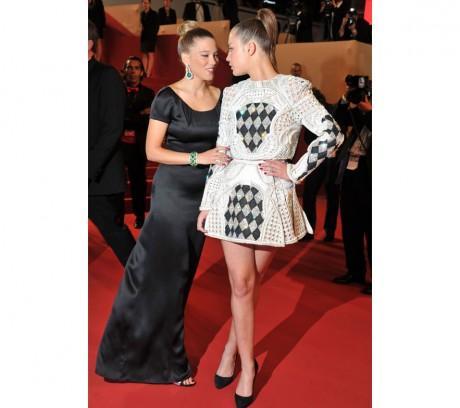 Léa Seydoux en robe Armani sur mesure et bijoux Chopard et Adèle Exarchopoulos en robe Balmain printemps-été 2013. Le règle des cheveux bien tirés, j'adore!