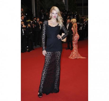 Lily Donaldson en robe de dentelle noire