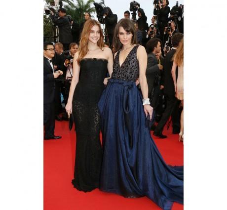 Les égéries L'Oréal Paris Barbara Palvin et Milla Jovovich en robe Giorgio Armani sur mesure accessoirisée de bijoux Swarovski