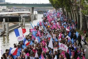 601307_les-opposants-au-mariage-pour-tous-manifestent-sur-les-quais-de-seine-le-26-mai-2013-a-paris