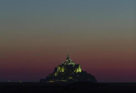 Non, ce n'est pas un OVNI au-dessus du Mont Saint-Michel - Triangle formé par Vénus, Jupiter et Mercure photographié par Thierry Legault