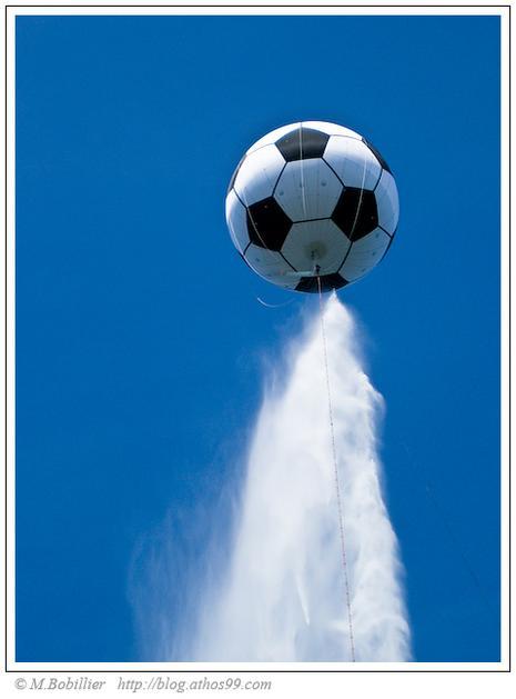 ballon-foot-geant-leuro-2008-jet-deau-geneve-L-2.jpeg