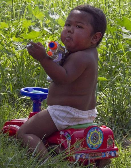 Indonesia: 2-year-old boy, Ardi Rizal, hooked on smoking, Dad is not worried