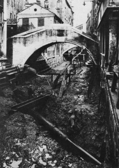 Traversée du rio San Canciano, avec un siphon sur le quai