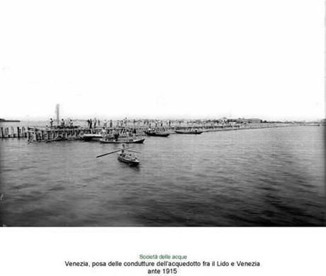 Pose de la conduite entre Venise et le Lido