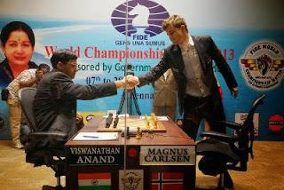 La poignée de main entre Anand et Carlsen lors de la 3e partie - Photo © site officiel