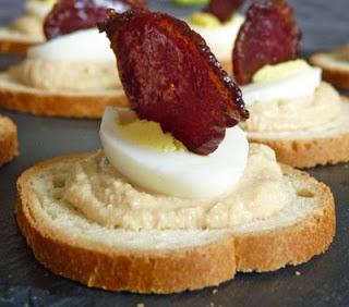 Canap s la mousse de foie gras oeuf de caille et chips de magret de canard - Mousse seche pour canape ...