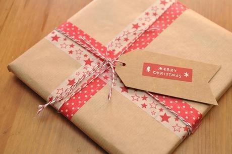 Paquets cadeaux kraft et masking tape paperblog - Comment emballer les cadeaux ...