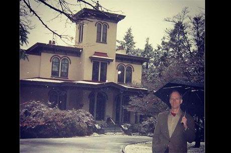 Si t'es si fier de ta baraque, t'as qu'à t'y abriter au lieu de rester dans ton jardin à choper la crève sous la pluie, hé, Ducon !