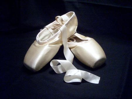 800px-Pointe_shoes