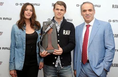Liv Tyler en compagnie de Magnus Carlsen et Garry Kasparov © Zak Brian