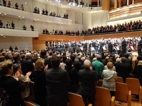 La salle, debout, applaudit l''orchestre