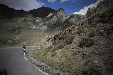 Un grimpeur sur le col du Tourmalet