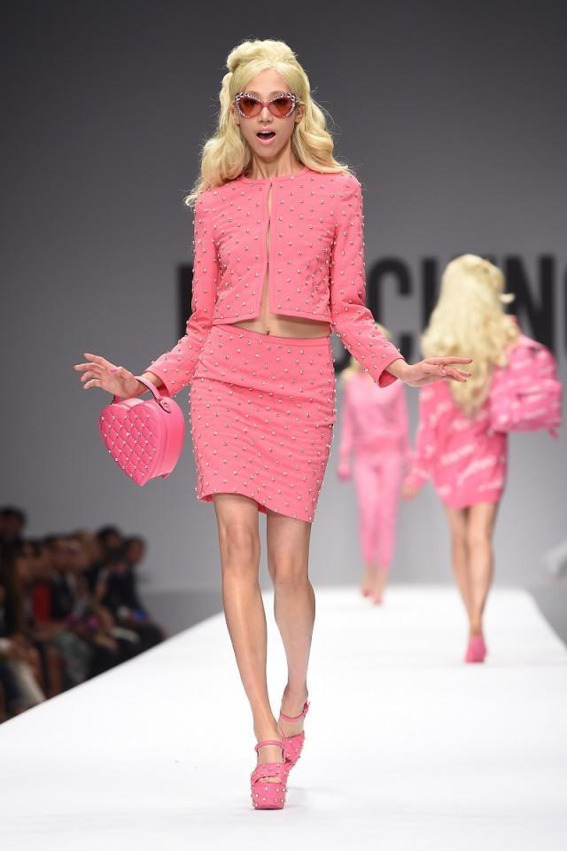 Le d fil de mode fa on barbie de moschino paperblog - Le chat de barbie ...
