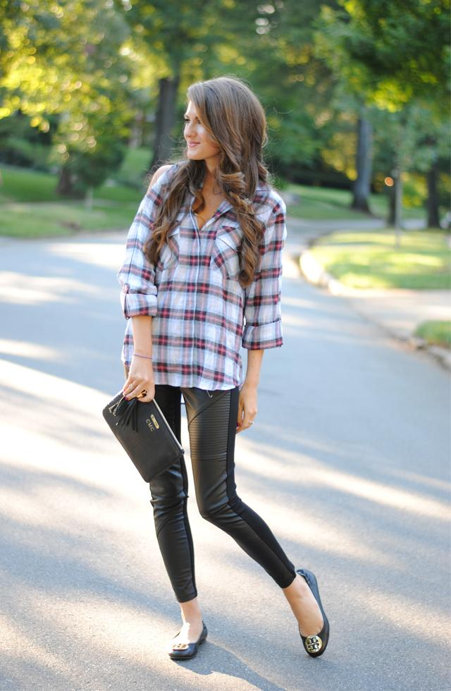 fall look with leather leggings 4 façons tendance de porter la chemise à carreaux