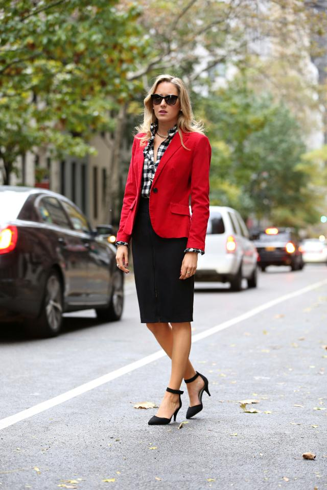 b red blazer corduroy ralph lauren black and white plaid flannel ruffle shirt zip front magaschoni pencil skirt asos ankle strap heels suede silver jewelry choker necklace escada sunglasses 4 façons tendance de porter la chemise à carreaux