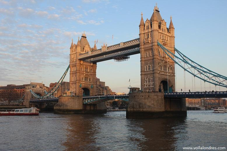 la visite du tower bridge londres lire. Black Bedroom Furniture Sets. Home Design Ideas