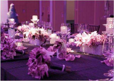 décors de table originaux tels que les vases entourés de ruban de ...